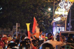 Cổ động viên xuống đường ăn mừng Đội tuyển Việt Nam vào chung kết