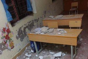 3 học sinh lớp 1 nhập viện cấp cứu do mảng vữa trần phòng học rơi trúng đầu