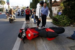 Môtô Ducati mới cóng 'bay' trên phố, hai người bị thương