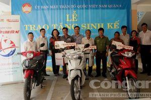Tặng 3 xe máy cho người nghèo quận 8