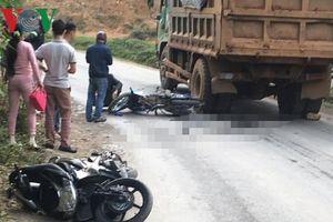 Vượt xe tải, vợ chết thảm, chồng bị thương