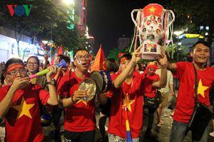 CĐV TP HCM đã ôm cúp sau chiến thắng của ĐT Việt Nam trước Philippines