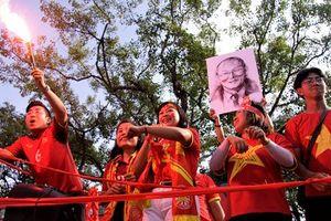 Dòng người diễu hành quanh các con phố Thủ đô, đốt pháo sáng cổ vũ đội tuyển Việt Nam