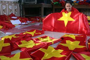 'Đại công xưởng' sản xuất cờ, băng-rôn phục vụ người hâm mộ trước trận bán kết chiều nay