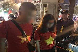 Đôi nam nữ mang cả 'kho' pháo ra đường