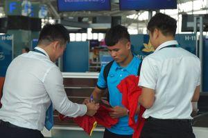 CĐV xin chữ ký Quang Hải trước khi tuyển Việt Nam bay sang Malaysia