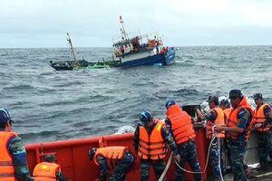 Cứu thành công tàu cá cùng 8 ngư dân gặp nạn trên biển