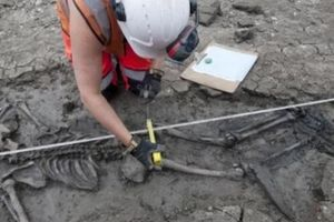 Phát hiện bộ xương nguyên vẹn 500 năm tuổi dưới cống nước ở Anh