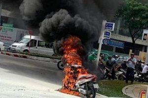 Đà Nẵng: Xe máy đang đi bỗng bốc cháy ngùn ngụt ở cầu Rồng