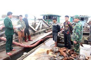 Bắt giữ hai tàu hút cát trái phép trên biển tại Quảng Ninh