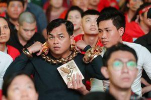 CĐV 'chói lòa' đeo 13 kg vàng đi cổ vũ đội tuyển Việt Nam
