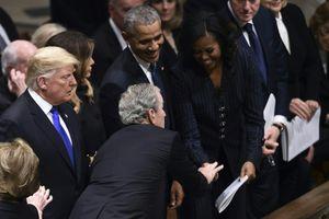 Cựu Tổng thống Bush 'con' lại dúi kẹo cho bà Michelle Obama