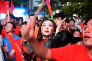 'Bóng hồng' hút hồn trong 'tâm bão' mừng chiến thắng tuyển Việt Nam