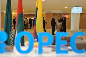 Giá dầu thô tiếp tục giảm do lo ngại OPEC khó thống nhất được thỏa thuận cắt giảm