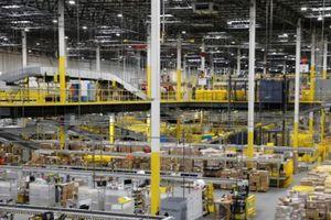 Robot vô tình đâm thủng hộp thuốc chống muỗi, 24 nhân viên Amazon gặp nạn