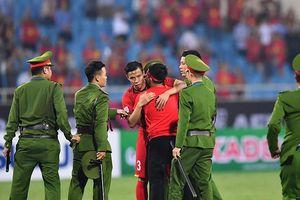 Đội trưởng Quế Ngọc Hải hành động đẹp với CĐV quá khích khiến cả sân Mỹ Đình tán thưởng