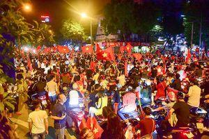 Người hâm mộ 'bão ăn mừng' khi Việt Nam lọt vào chung kết AFF Cup sau 10 năm