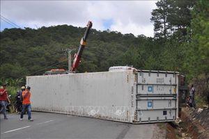 Xe container bị lật sau cú va chạm, hai người tử vong