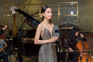 Á hậu Coco Thùy Dung nổi bật với thiết kế khoe vai trần trong lễ trao giải Her World