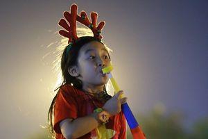 Theo cha mẹ 'tiếp lửa' cho đội tuyển Việt Nam, cổ động viên nhí gây chú ý bởi quá dễ thương