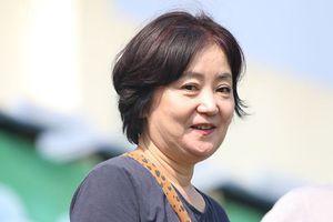 Cứ mải khen nhan sắc người yêu các tuyển thủ Việt Nam, nhưng vợ HLV Park Hang-seo mới là trùm cuối