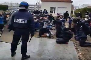 Video học sinh quỳ gối, bị còng tay trước cảnh sát khiến nước Pháp dậy sóng
