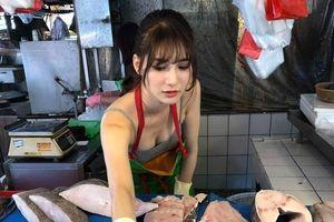 Phụ mẹ bán cá ngoài chợ, cô gái khiến dân tình chao đảo vì quá xinh đẹp