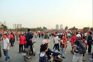 Sát giờ thi đấu, hàng vạn cổ động viên tập trung phía trước 'chảo lửa' Mỹ Đình cổ vũ đội tuyển Việt Nam