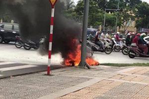 Đang chạy giữa phố, xe Airblade bốc cháy ngùn ngụt
