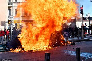 Lửa giận dữ vẫn ngùn ngụt cháy ở nhiều nơi trên nước Pháp