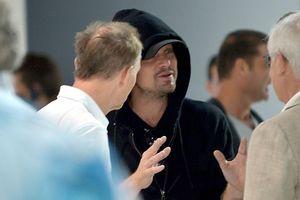 Tài tử Leonardo DiCaprio đội mũ kín mít, lẻ bóng tại sự kiện