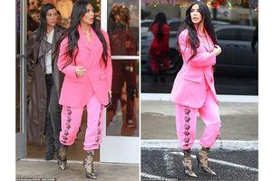 Kim Kardashian để mất phong độ thời trang khi diện cây hồng khó hiểu