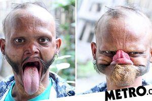 Kỳ lạ người đàn ông có thể dùng lưỡi liếm trán