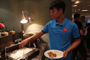 Tuyển thủ Việt Nam ăn buffet sau buổi tập tại Malaysia