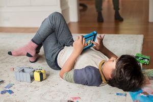 Đồ chơi truyền thống tốt cho trẻ nhỏ hơn iPad