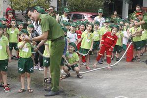 Học sinh trải nghiệm làm lính cứu hỏa