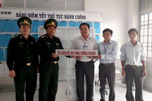 Phú Yên: Trao tặng tủ sách pháp luật cho xã biên giới biển