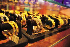 Giá vàng thế giới liên tục tăng cao, trong nước giữ ở mức thấp