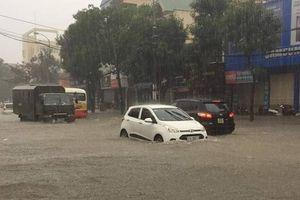Nghệ An: Đường phố ngập sâu, hố tử thần xuất hiện sau mưa lớn