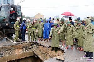 Phó Chủ tịch UBND tỉnh Huỳnh Thanh Điền chỉ đạo khắc phục mưa lũ ở thành phố Vinh