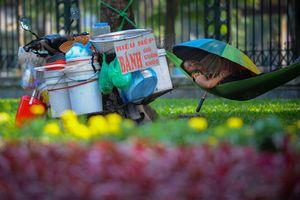 Hình ảnh về cách ứng xử của người Hà Nội nơi công cộng