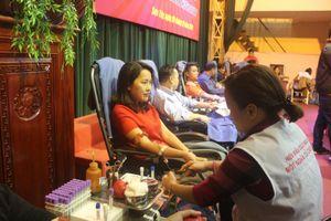 Hơn 350 đoàn viên, CNVCLĐ thị xã Sơn Tây tham gia hiến máu