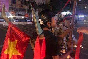 Hài hước với những hình ảnh muôn kiểu ăn mừng 'không đụng hàng' của các cổ động viên Việt Nam trong trận 'bão' vừa qua