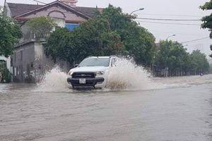 Mưa lớn kéo dài, thành phố Vinh ngập trong... biển nước