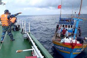 Các tàu cá và lao động trở về bờ an toàn sau khi bị nạn trên biển