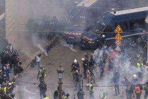 Biểu tình bạo loạn nổ ra ở Paris (Pháp), cảnh sát phải bắn hơi cay