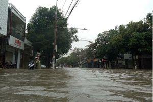 Không khí lạnh gây mưa lớn cho Trung Bộ, TP Vinh ngập sâu trong nước