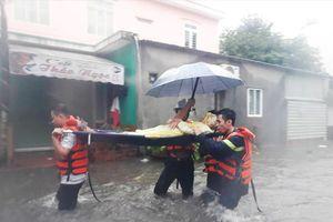 Người dân Đà Nẵng kêu cứu do nhà ngập, học sinh được nghỉ học ngày mai
