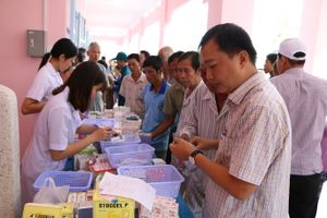 Khám bệnh, tặng quà cho 500 gia đình chính sách và hộ nghèo