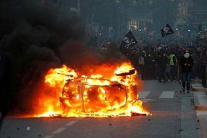 Pháp: Phe áo vàng tiếp tục va chạm với cảnh sát